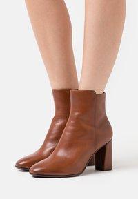 Tamaris Heart & Sole - BOOTS - Kotníková obuv na vysokém podpatku - brandy - 0