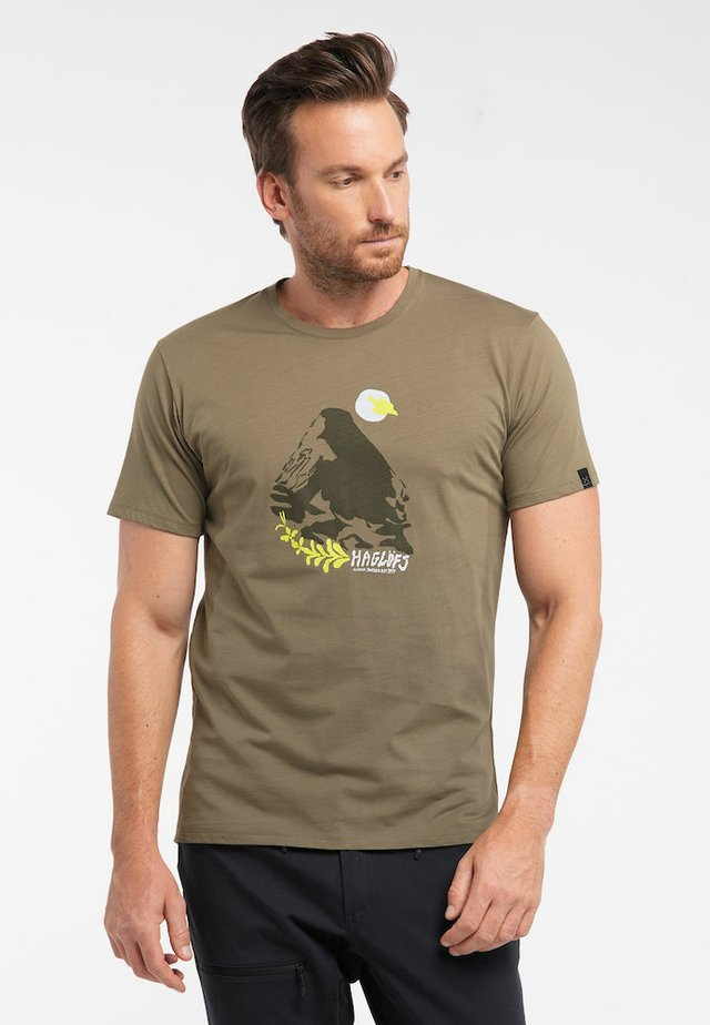 CAMP TEE  - Print T-shirt - sage green/sprout green