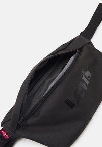 Levi's® - SMALL BANANA SLING MODERN VINTAGE LOGO UNISEX - Bum bag - regular black - 2