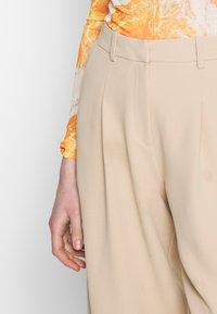Topshop - ELASTIC BACK PEGGY SLOUCH - Kalhoty - stone - 4