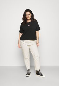 Tommy Jeans Curve - CENTER BADGE TEE - Print T-shirt - black - 1