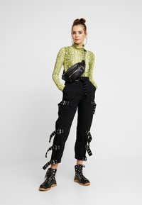 The Ragged Priest - DRILL STRAIGHT LEG TROUSER WITH BUCKLE & EYELET DETAIL - Bukse - black - 2