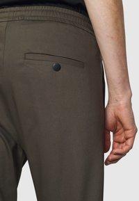 DRYKORN - JEGER - Kalhoty - mottled olive - 5