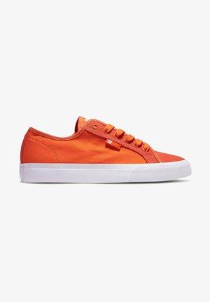 MANUAL - Matalavartiset tennarit - hot orange