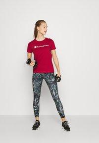 Champion - CREWNECK LEGACY - T-shirts med print - dark red - 1