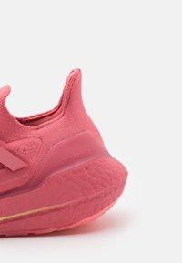 adidas Performance - ULTRABOOST 21 - Zapatillas de running neutras - hazy rose/ash pearl - 5