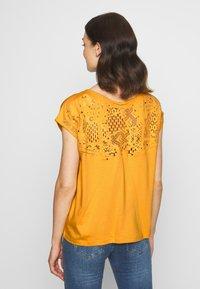 Kaporal - ANAIS - T-shirt imprimé - curry - 2
