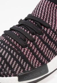 adidas Originals - NMD_R1 STLT PK - Tenisky - core black/grey four/solar pink - 5