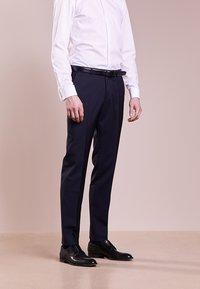 HUGO - SIMMONS - Oblekové kalhoty - dark blue - 0