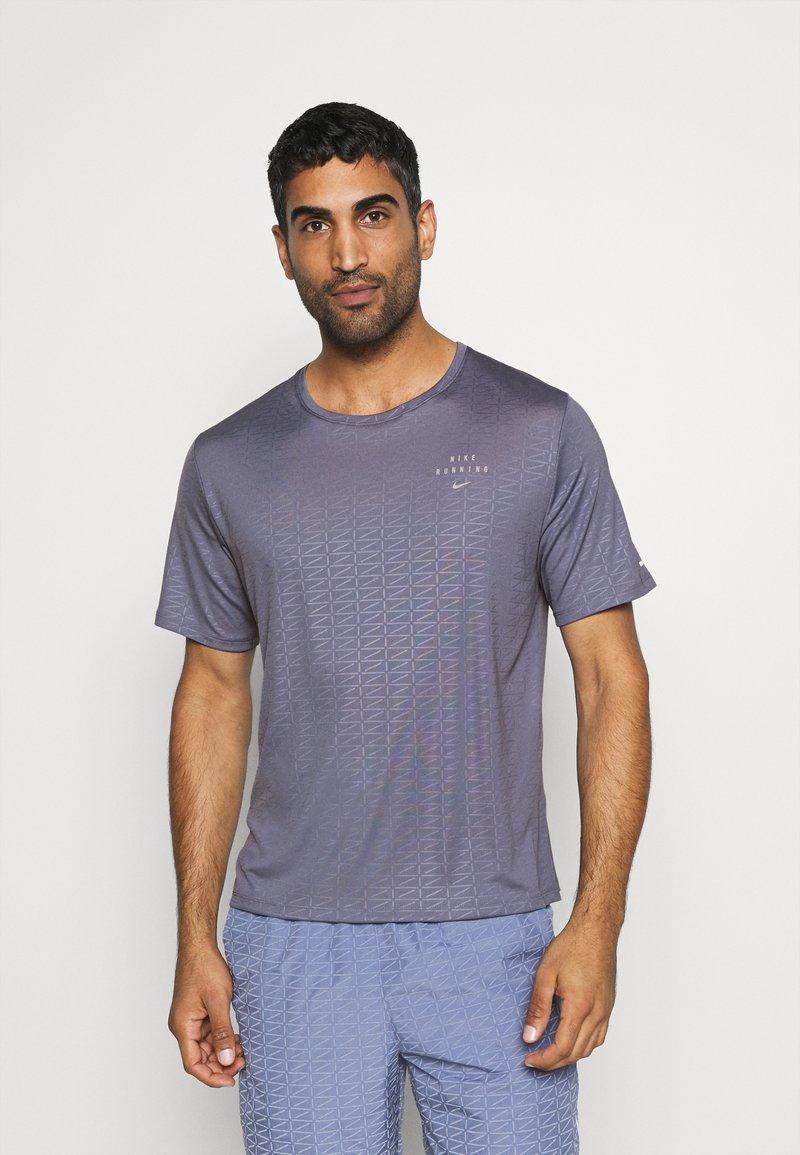 Nike Performance - Nike Run Division - Print T-shirt - world indigo