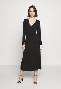 Good American - SOLID WRAP DRESS - Robe d'été - black - 1