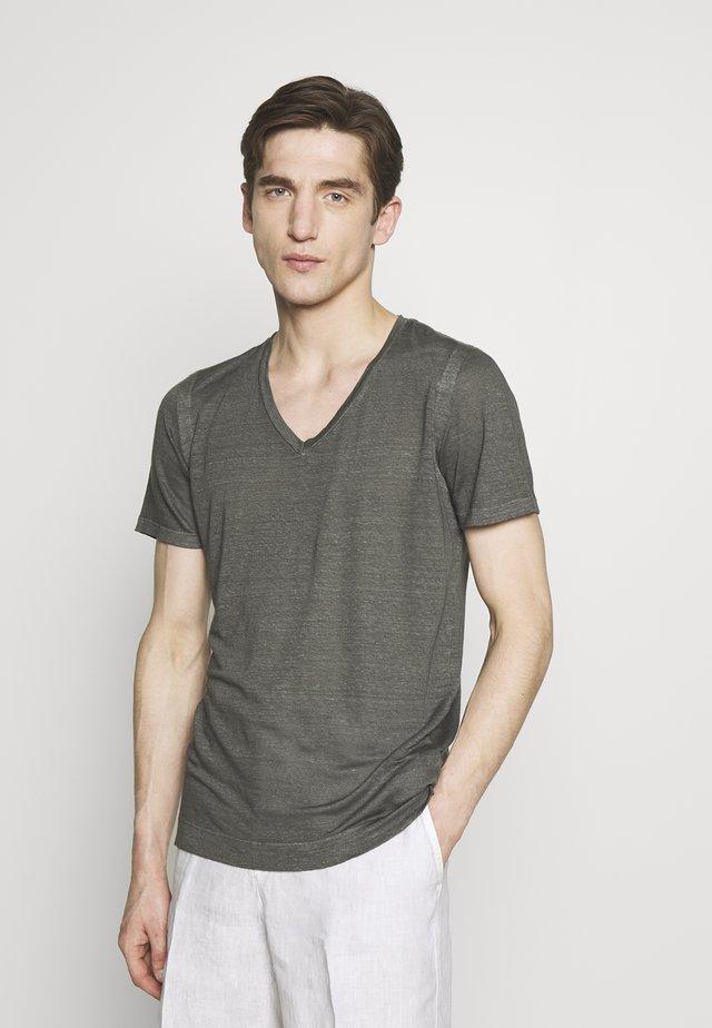 V NECK - T-shirt basique - elephant sof fade