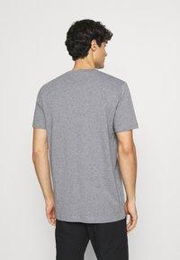 Selected Homme - SLHNORMAN O NECK TEE  - T-shirt basique - medium grey melange - 2