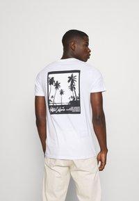 Hollister Co. - SUMMER FADE  - T-shirt med print - white - 2