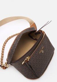 MICHAEL Michael Kors - SLATER SLING PACK - Across body bag - brown/acorn - 3