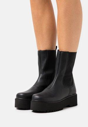 CLEAN BOOT PLAIN SOLE - Platåstøvler - black