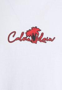 Calvin Klein - SUMMER CENTER LOGO - T-shirt med print - white - 2