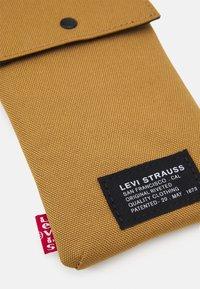 Levi's® - LANYARD BAG UNISEX - Across body bag - regular khaki - 3