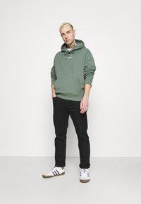 Calvin Klein Jeans - MICRO BRANDING  - Luvtröja - duck green - 1