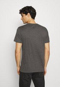 TOM TAILOR - BASIC CREW NECK TEE - T-shirt - bas - dark grey melange - 2