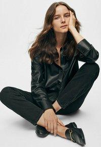 Massimo Dutti - GERADE GESCHNITTENE MIT HOHEM BUND  - Straight leg jeans - black - 1