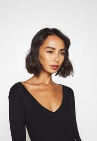 Missguided Petite - SKINNY V NECK - Jumper - black - 5