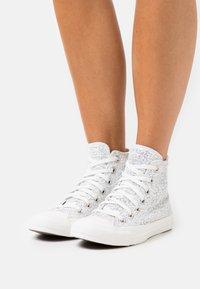 Converse - CHUCK TAYLOR ALL STAR - Høye joggesko - vintage white/silver/vaporous gray - 0