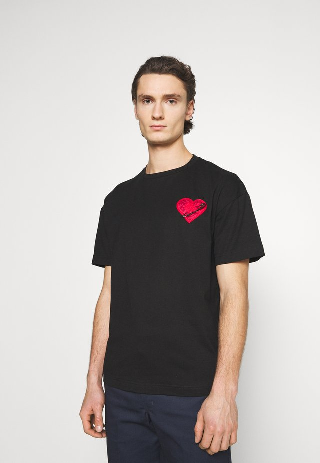 HEART TEE - Print T-shirt - black