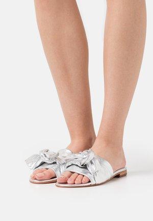 HANNA 65 - Slip-ins - metallic silver/white/brown