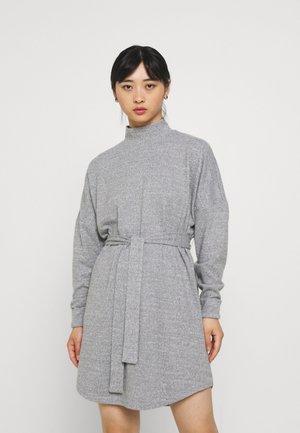 NMCITY AVA SHORT DRESS - Pletené šaty - medium grey