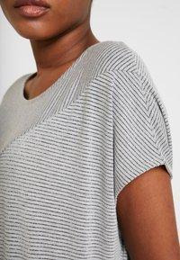 Opus - SANJI - T-shirts med print - hazy fog melange - 4