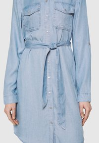 Vero Moda - VMVIVIANAMIA REGULAR DRESS - Denim dress - light blue - 3
