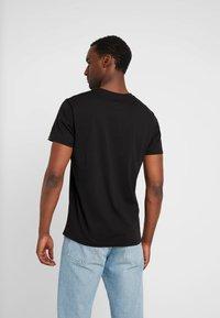 Alpha Industries - RAINBOW  - Print T-shirt - black /neon orange - 2