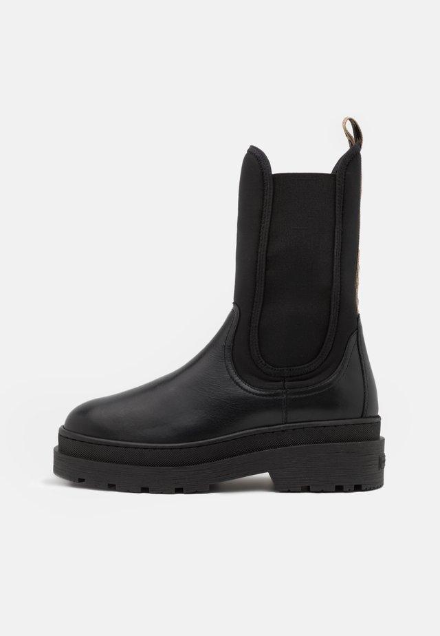 AUBRI CHELSEA - Platform ankle boots - schwarz