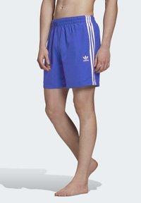 adidas Originals - 3-STRIPES SWIM SHORTS - Szorty kąpielowe - blue - 0