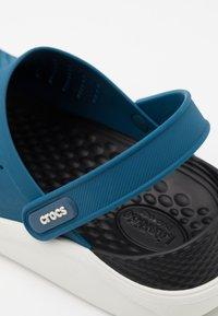 Crocs - LITERIDE CLOG - Drewniaki i Chodaki - vivid blue/almost white - 5