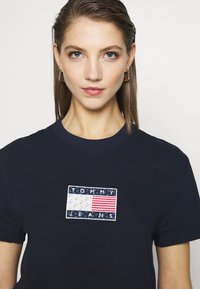 Tommy Jeans - STAR AMERICANA FLAG TEE - T-shirt imprimé - twilight navy - 4