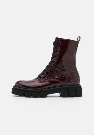 VIDA - Kotníkové boty na platformě - rubino