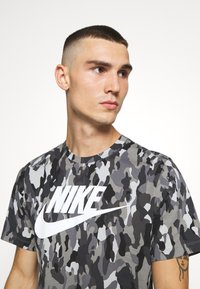 Nike Sportswear - TEE CLUB - T-shirt med print - smoke grey/cool grey/iron grey/white - 3