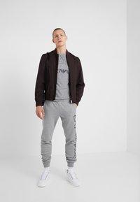 EA7 Emporio Armani - T-shirt z nadrukiem - light grey melange - 1