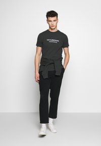 Han Kjobenhavn - ARTWORK TEE - Print T-shirt - faded black - 1
