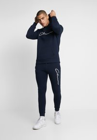 CLOSURE London - DOUBLE SCRIPT HOODY - Jersey con capucha - navy - 1