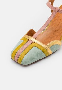 Chie Mihara - VORITA - Classic heels - salvia/powder/curry/tana gold - 6