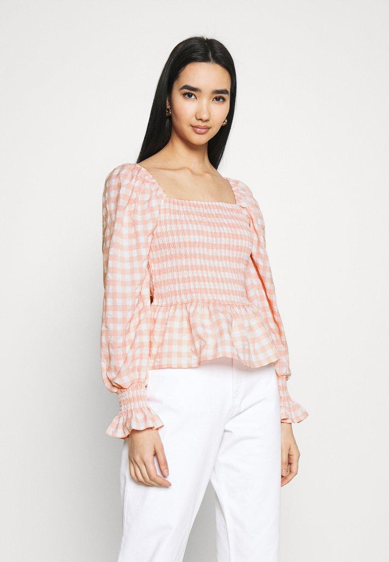 Missguided - CHECK SHIRRED DETAIL PEPLUM - Camiseta de manga larga - pink