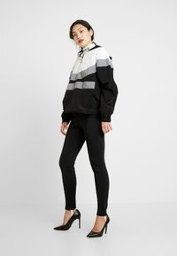 Missguided Tall - PULL-ON REFLECTIVE ZIP-UP JACKET WITH HOOD - Windbreaker - black - 1