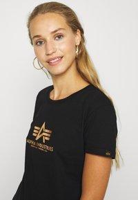 Alpha Industries - NEW FOIL PRINT - Print T-shirt - black/gold - 3