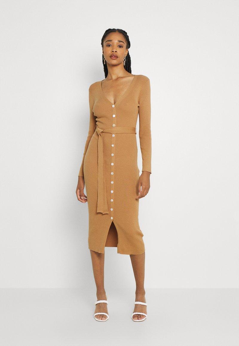 Glamorous - SKINNY FIT LONG SLEEVE MIDI DRESS WITH V NECK - Strikket kjole - camel