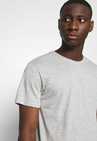 Only & Sons - ONSMATT LONGY TEE 3 PACK - Basic T-shirt - light grey melange/white gray/black - 5