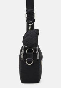 PARFOIS - CROSSBODY BAG M - Across body bag - black - 3