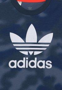 adidas Originals - CAMO TREFOIL UNISEX - Print T-shirt - crew blue/multicolor/white - 2